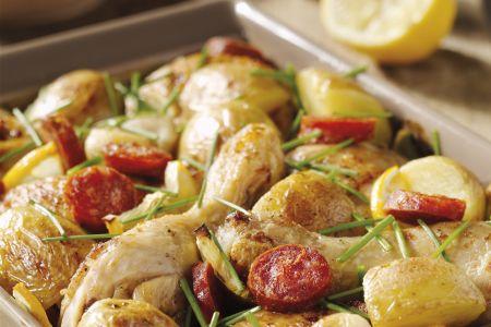 Kippenbillen met chorizo, hele look en citroen in de oven