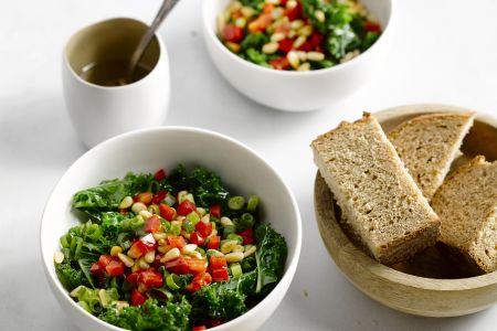 Salade van boerenkool met pijnboompitten