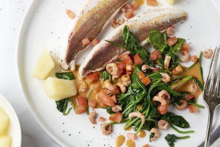 Rode poon met spinazie en garnalensaus