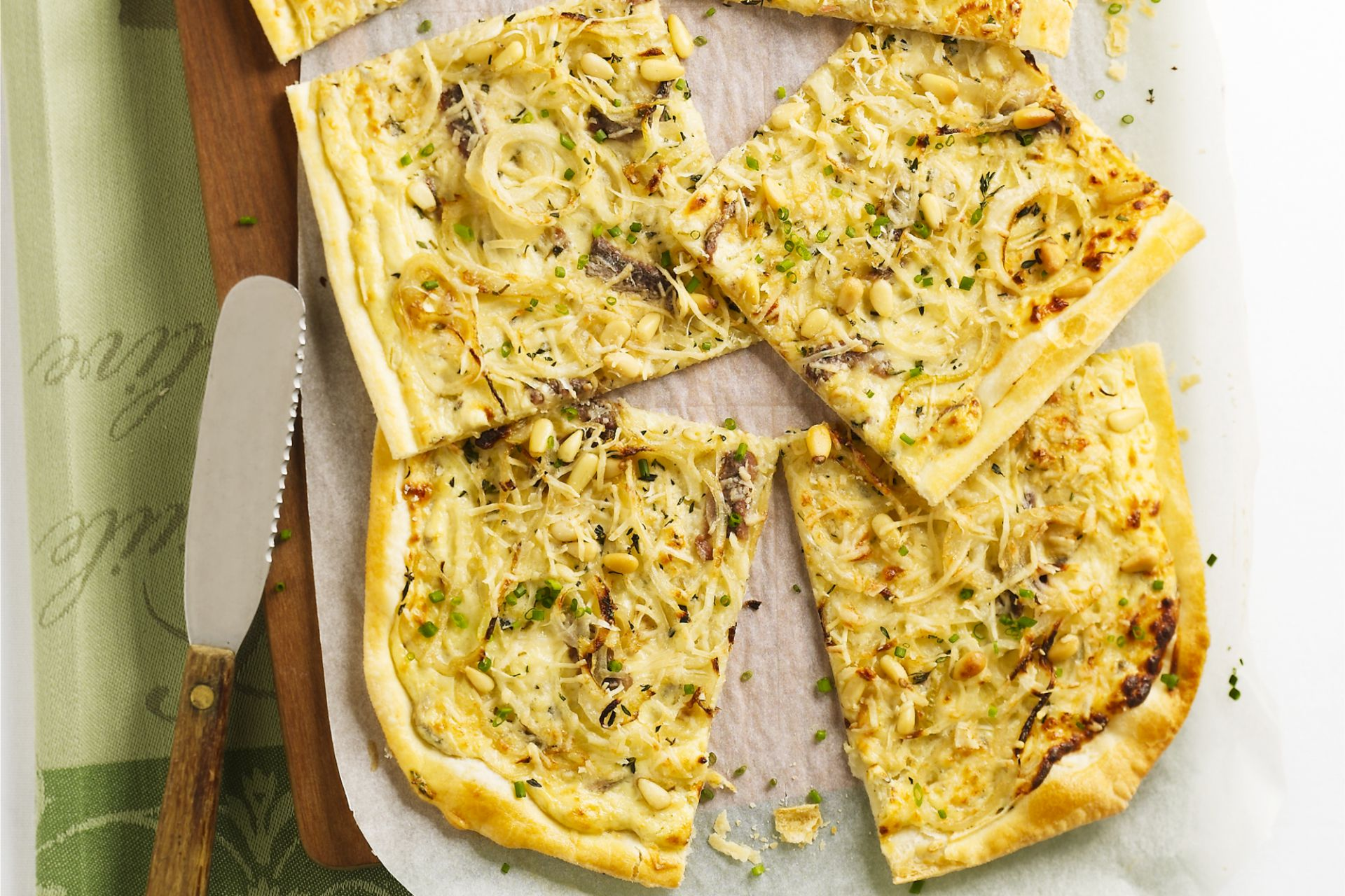 Bladerdeegtaart met ansjovis en ui