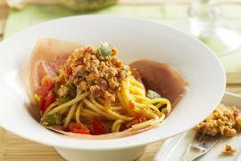 Foto van Spaghetti met piperade en rauwe ham