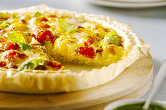 Quiche met tomaten, mozzarella en basilicum