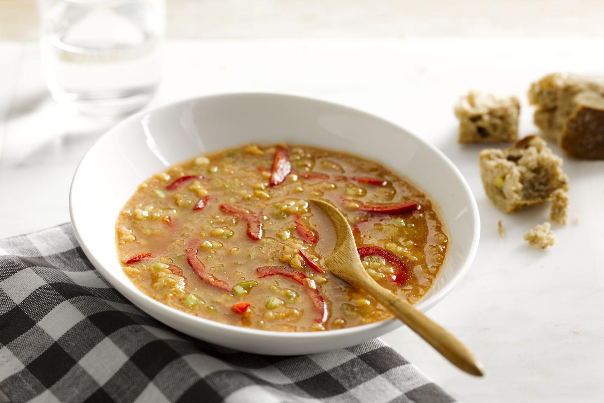 Maaltijdsoep met linzen en paprika's