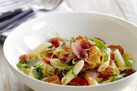 Foto van Penne met bacon, sla en tomaat