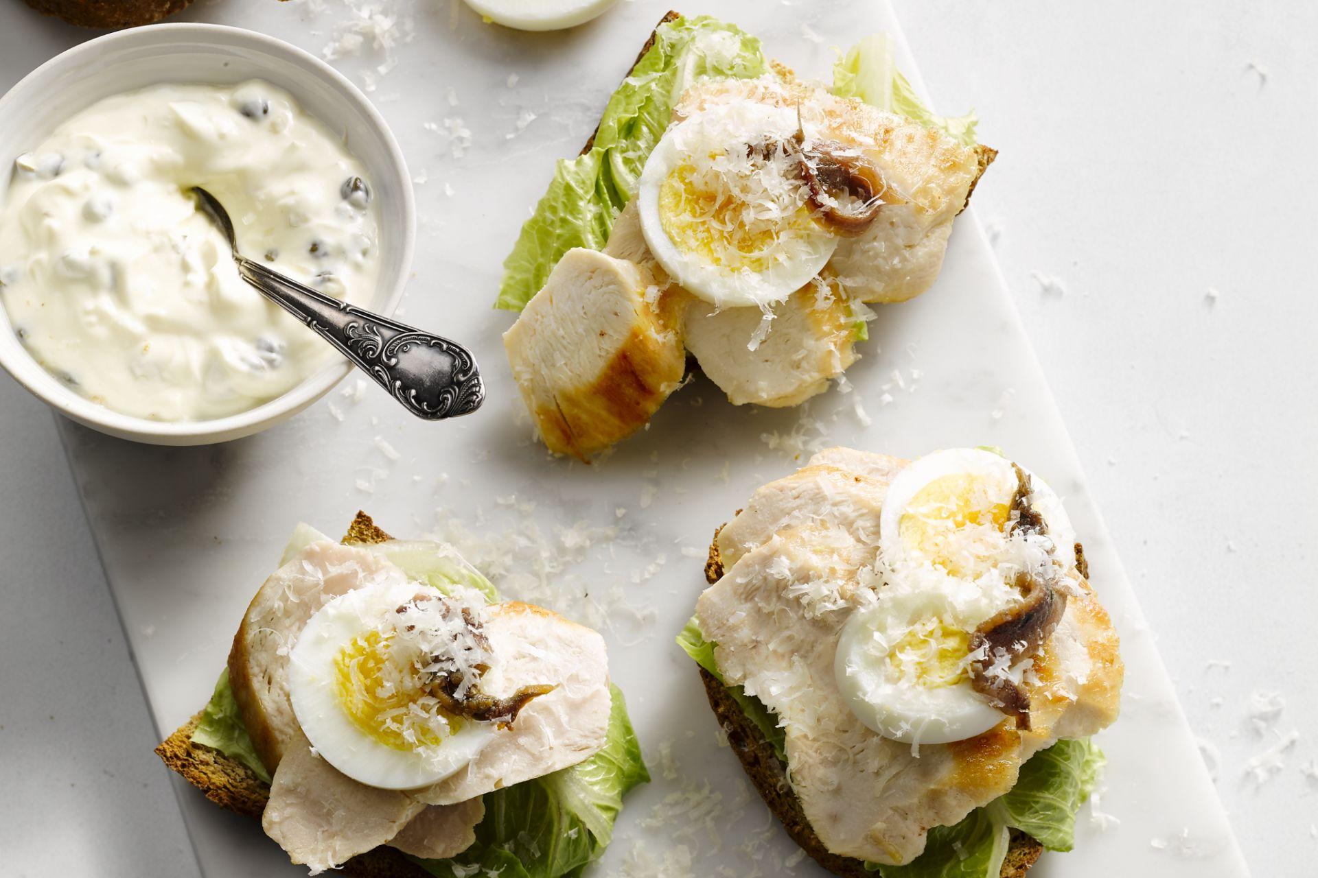 Lichte caesarsandwich met kip