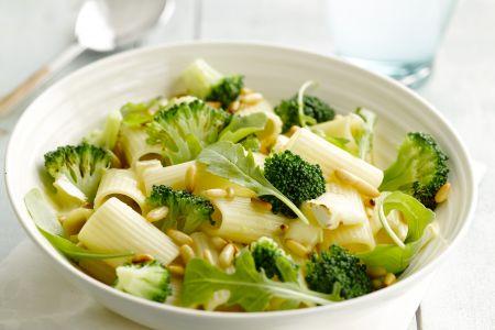 Rigatoni met broccoli, brie en pijnboompitten