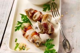 Foto van Kipspiesjes met spek en abrikoos en couscousslaatje