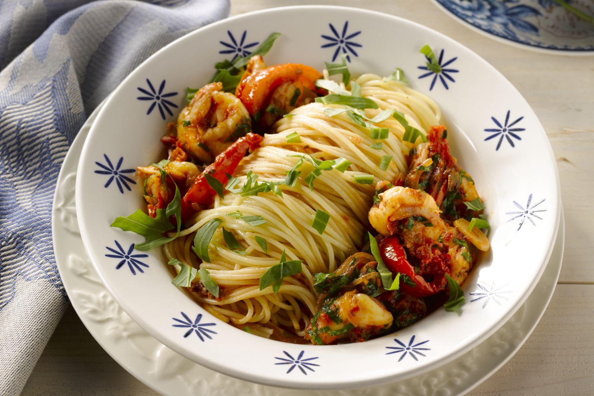 Spaghetti met scampi en rucola