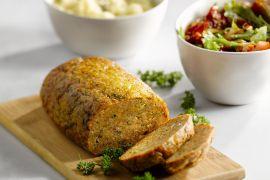 Foto van Kippengehaktbroodje met puree en tomatensla