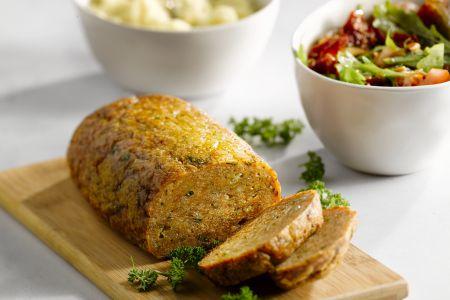 Kippengehaktbroodje met puree en tomatensla