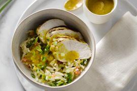 Foto van Kipfilet met Griekse pastasalade