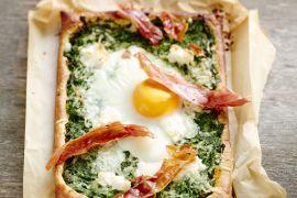 Foto van Pizza met romige spinazie, ei en Parmaham