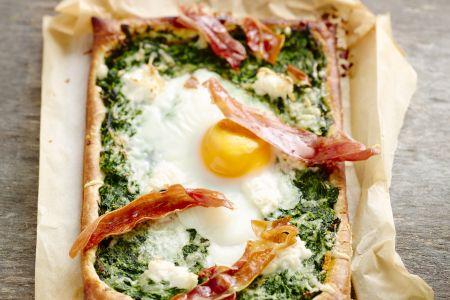 Pizza met romige spinazie, ei en Parmaham