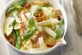 Foto van Pastasalade met witte en groene asperges