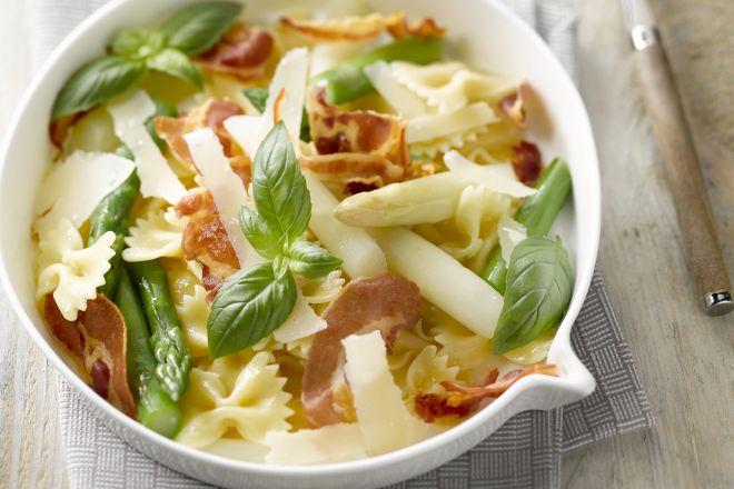 Pastasalade met witte en groene asperges