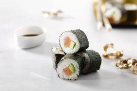 Foto van Gerookte zalm en avocado sushi