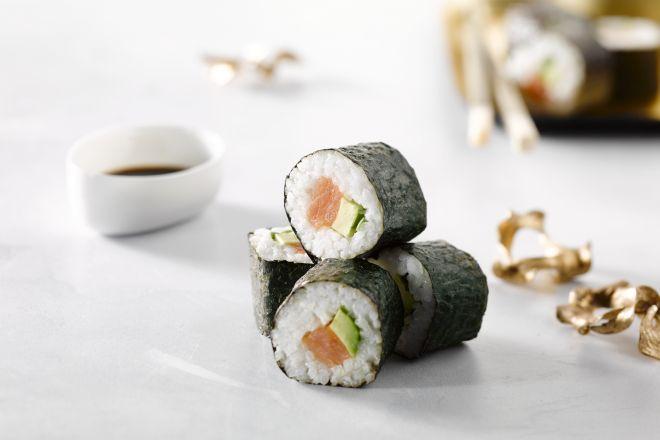 gerookte zalm en avocado sushi