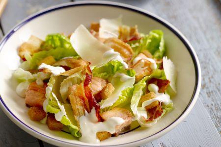 Caesar salad met zalm