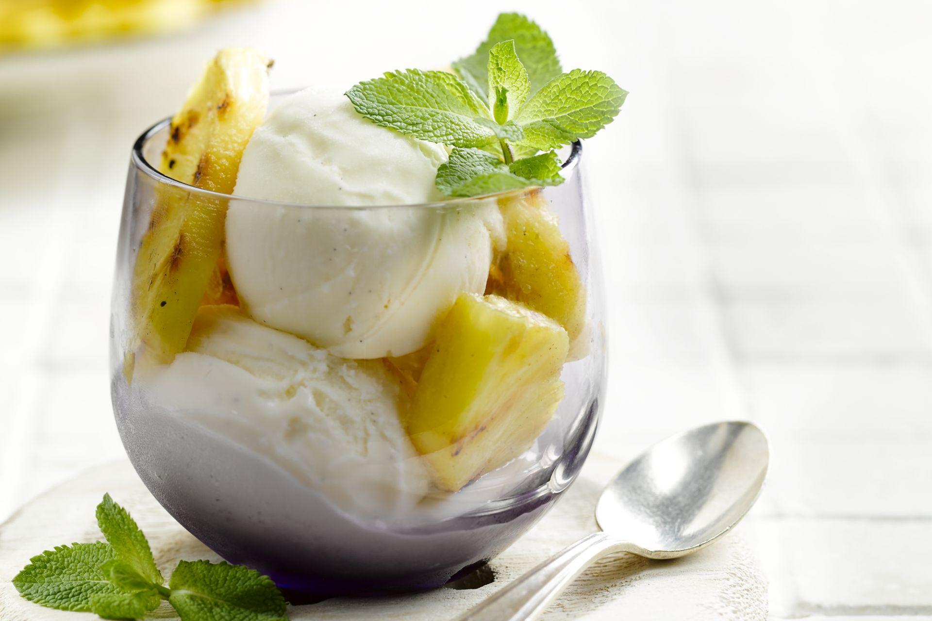 Gegrilde ananas met ijs