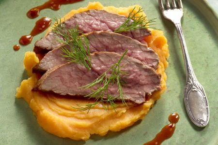 Zoete aardappelpuree met rosbief en sesamsaus
