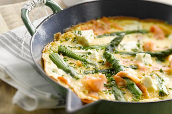 Omelet met zalm en asperges