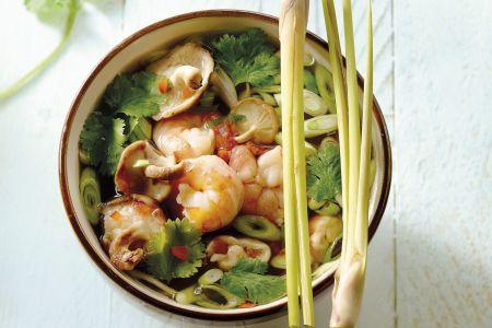 Pittige Thaise soep met tijgergarnalen en citroengras