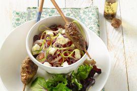 Foto van Griekse salade met lamsgehakt en fetakaas