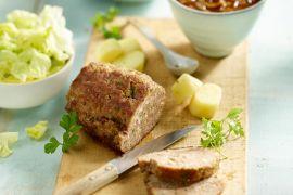 Foto van Gehaktbrood met uiensaus, kropsla en gekookte aardappelen