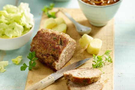 Gehaktbrood met uiensaus, kropsla en gekookte aardappelen