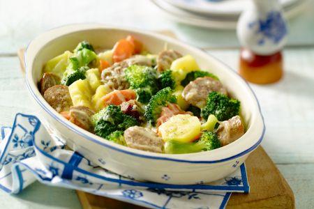 Ovenschotel met worstjes en gemengde groenten