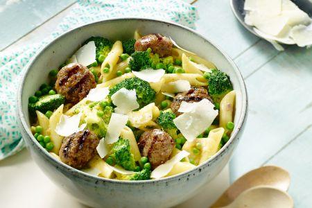 Penne met gegrilde gehaktballetjes en brocolli