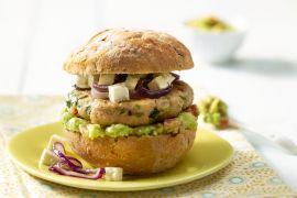 Foto van Kippenburger met avocado en feta