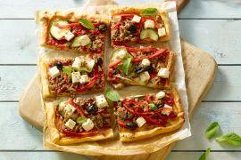 Foto van Griekse pizza met gehakt, munt en feta