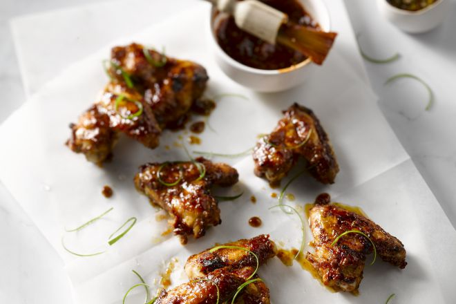 Gelakte kippenvleugeltjes met chilisaus