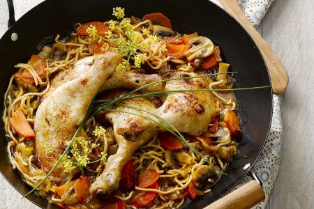 Gelakte kippenbout met krokante groenten en Chinese noedels