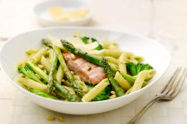 Foto van Penne met groene asperges, zalm en broccolipesto