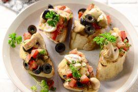 Foto van Bruschetta met champignons en olijven