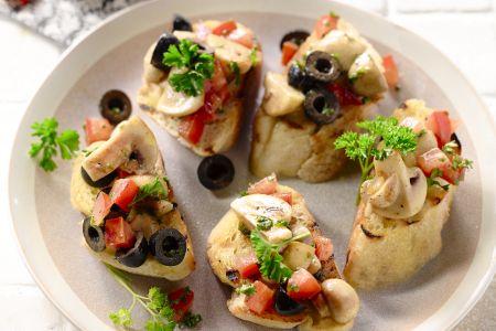 Bruschetta met champignons en olijven