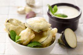 Foto van Gefrituurde aubergines met yoghurtsaus