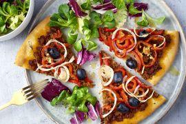 Foto van Turkse pizza met gehakt en paprika