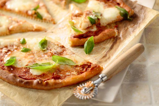 Een klassieke pizza margherita, uiteraard met mozzarella