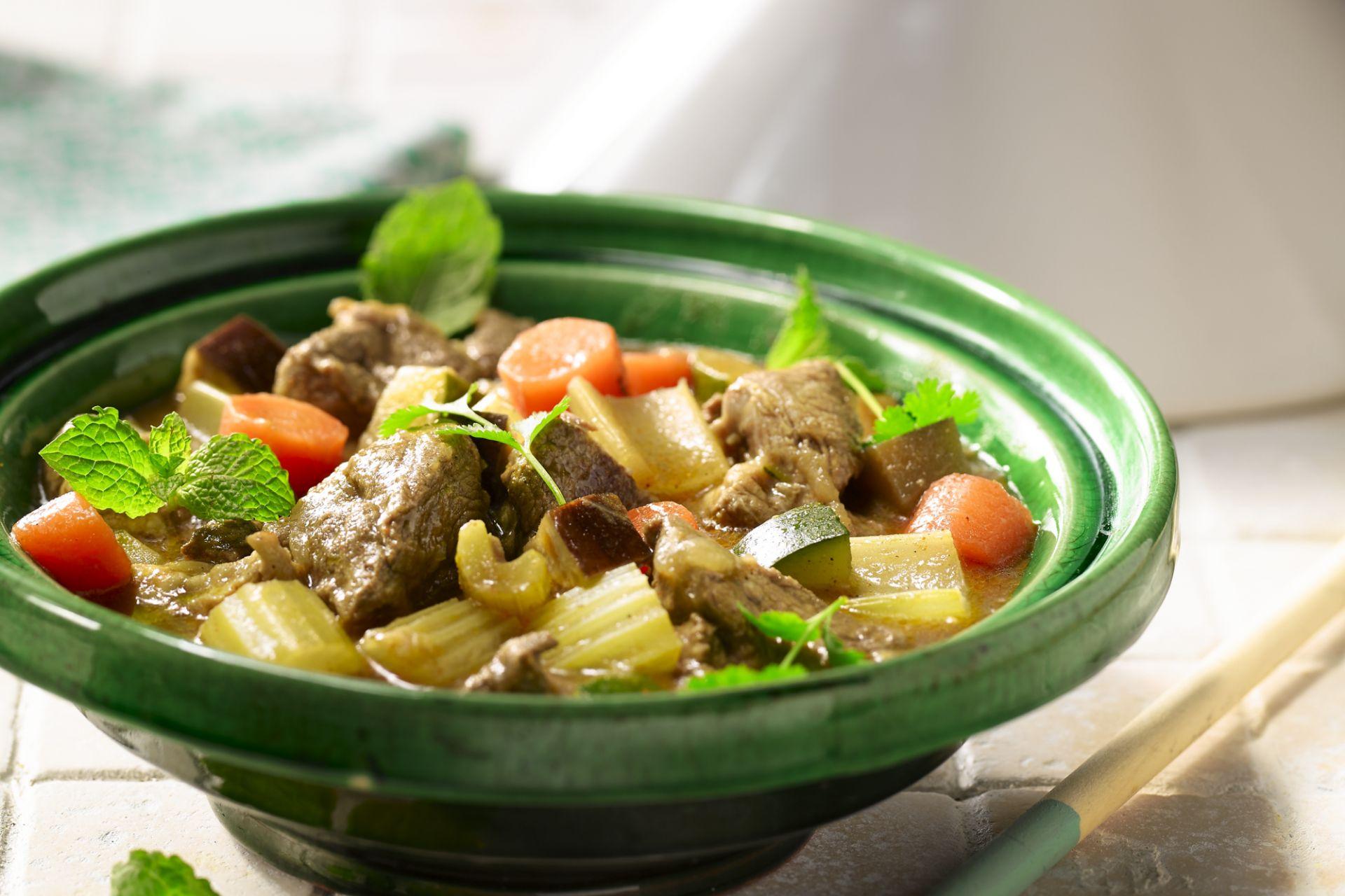 Tajine met lamsschouder, groenten en koriander