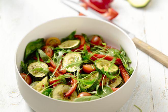 Salade met gegrilde mediteraanse groenten