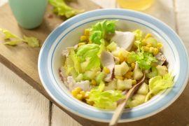 Foto van Gerookte kipsalade met maïs, selderij en ananas