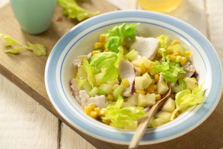 Gerookte kipsalade met maïs, selderij en ananas