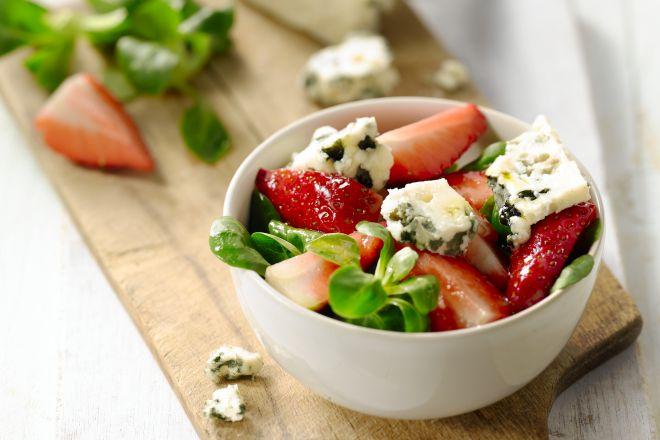 Een frisse fruitsalade van aardbeien met roquefort