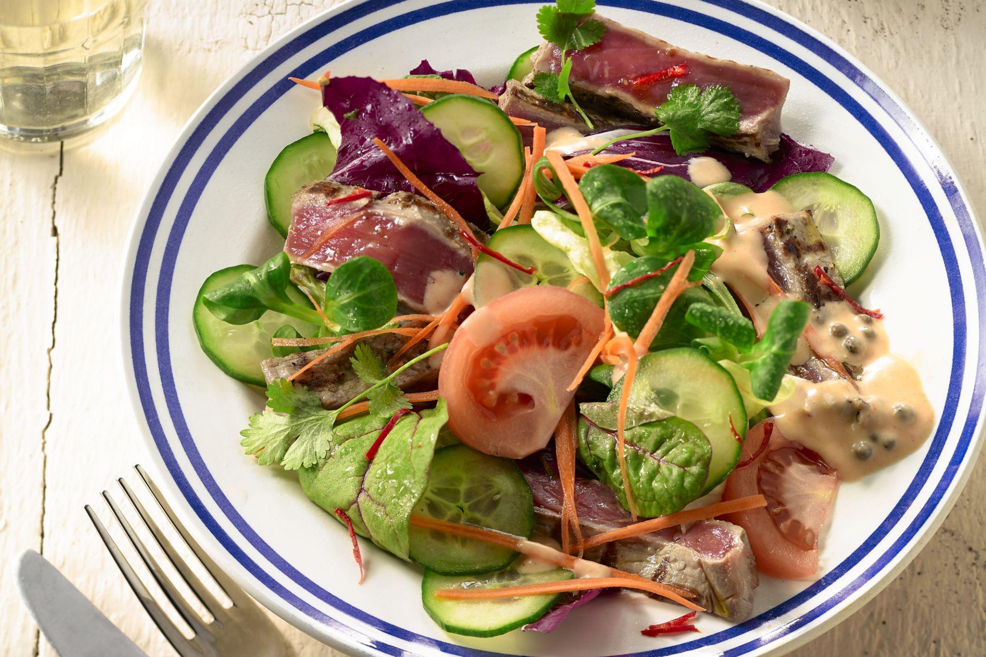 Thaise salade met biefstuk en peper-currydressing
