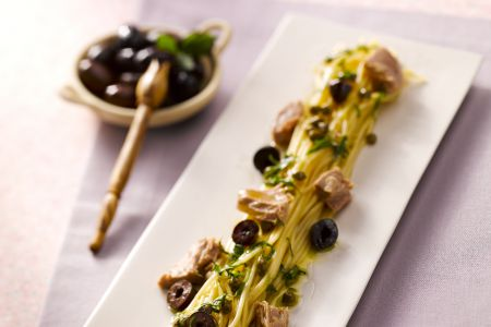 Spaghetti met tonijn en zwarte olijven