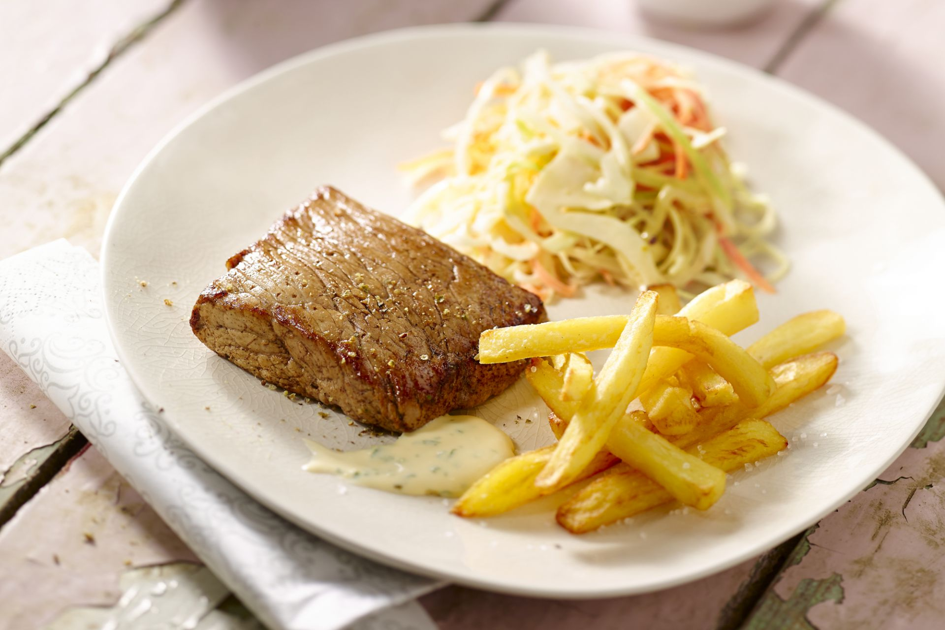 Steak met fijne frietjes en koolsalade