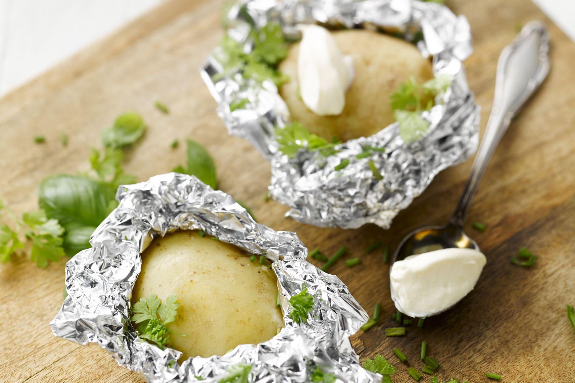 Gepofte aardappelen op de barbecue
